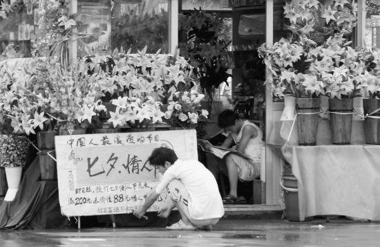 """杭州/7月26日,离""""七夕""""节还有五天。杭州文一路物美超市附近某..."""