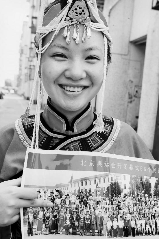 """奥运会开幕式上56个民族的合影."""" 蓝燕菲指着大照片欣喜地告诉大"""