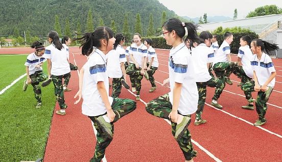 新建/上学第一天,临安市昌化初级中学学生在新建的塑胶跑道上玩游戏...