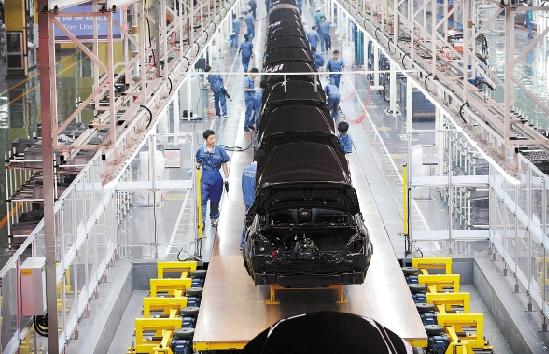 吉利汽车杭州湾基地正在生产帝豪轿车,这个基地每三分钟就有一辆高清图片