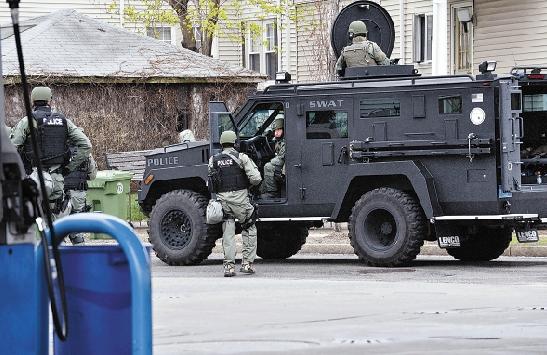 张军/4月19日,美国警察在波士顿水镇搜查。新华社记者 张军 摄