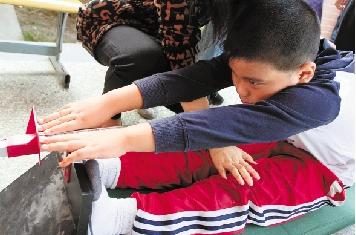 祝慧华/嘉兴南湖小学的学生在测坐位体前屈(资料照片)。祝慧华摄