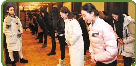 第二届世界互联网大会的大学生礼仪队志愿者在浙江乌镇主会场演练接待图片