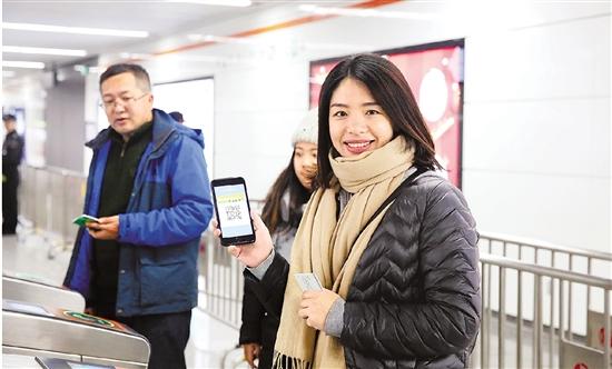 """杭州地铁首创""""刷码过闸"""""""